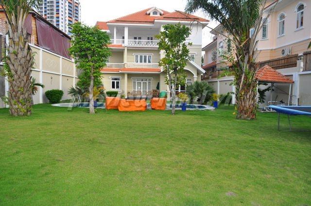 Biệt thự Thảo Điền ven sông Sài Gòn thoáng mát DT 1320m2 1 trệt 1 lầu áp mái